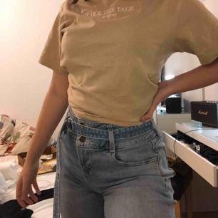 Mom jeans från Hollister med justerbart skärp i midjan ( går att ta bort). Riktigt skönt material. Hör av dig så skickar jag gärna fler bilder!  Jag är 167 cm. Frakten är ej inräknad!