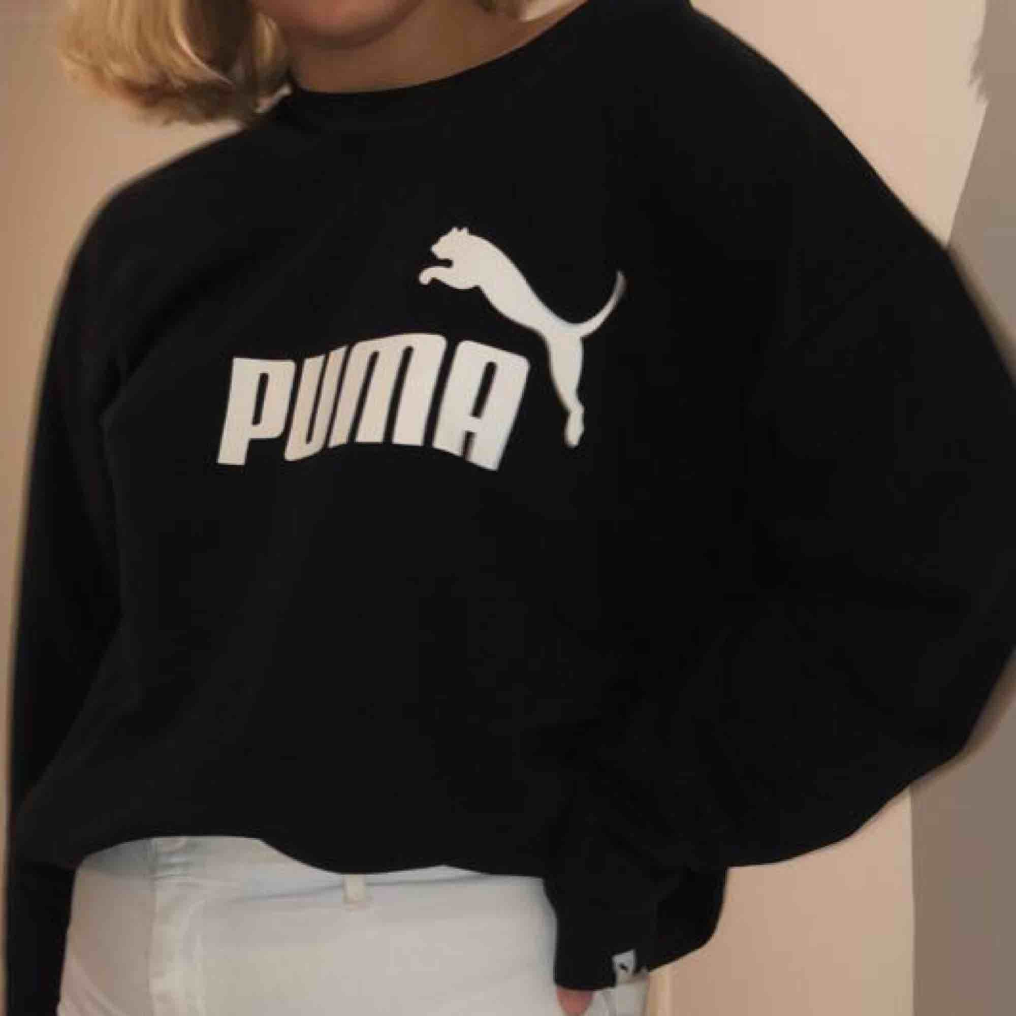 Collagetröja från Puma i stl XL, passar bra som oversize för XS-M! Möts upp i Linköping eller fraktar, men då tillkommer konstscen för frakten 💘💞💖. Tröjor & Koftor.