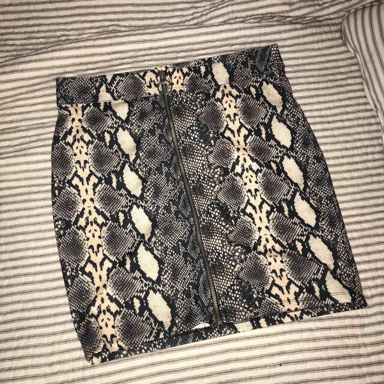 En supersnygg snakeprintkjol från Amisu! Använd endast en gång på nyår, så i princip helt oanvänd! Kan mötas upp i Örebro eller frakta, men då står köparen för frakten!☺️💕. Kjolar.