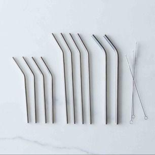 Sugrör i rostfritt stål, finns 5 raka och 5 böjda! 30kr för ett sugrör, 2 för 50kr. Frakt tillkommer🐢💞  (Första bilden är lånad)