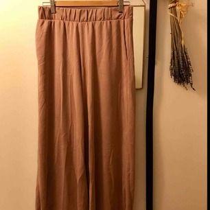 Raka, vida byxor med fickor. Ankellånga, gammelrosa. köparen står för eventuell frakt.