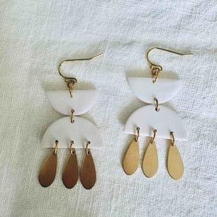 Unika handgjorda smycken i mässing och lera, nickelfria.  Frakt 9 kr •insta: dorisclaydesign