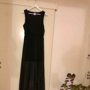 Lång skir klänning. Tunnare tyg nertill och en liten slits. Perfekt nyårsklänning. Köparen betalar eventuell frakt.