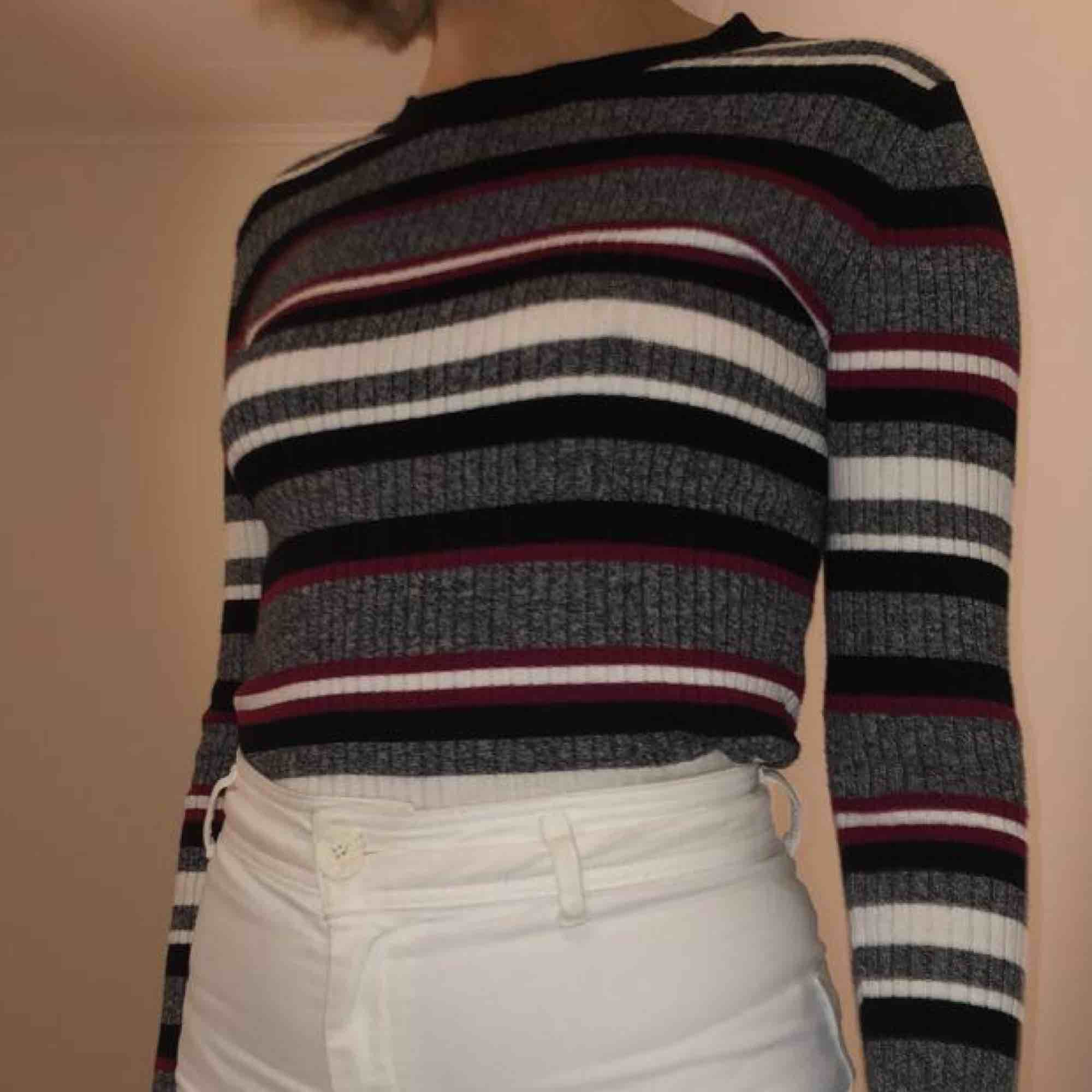 Snygg och mysig stickad tröja från H&M, kan mötas upp i Linköping eller frakta (fraktkostnad tillkommer)🖤🖤🖤. Stickat.