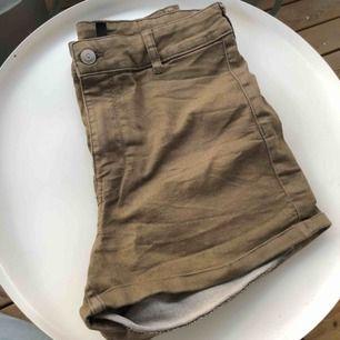 Gröna shorts i storlek 40. Skulle snarare säga att de är en storlek 36. (Passar mig som har 36).  Shortsen är lite grönare i verkligheten. Använda få gånger. 60kr + frakt💚💚