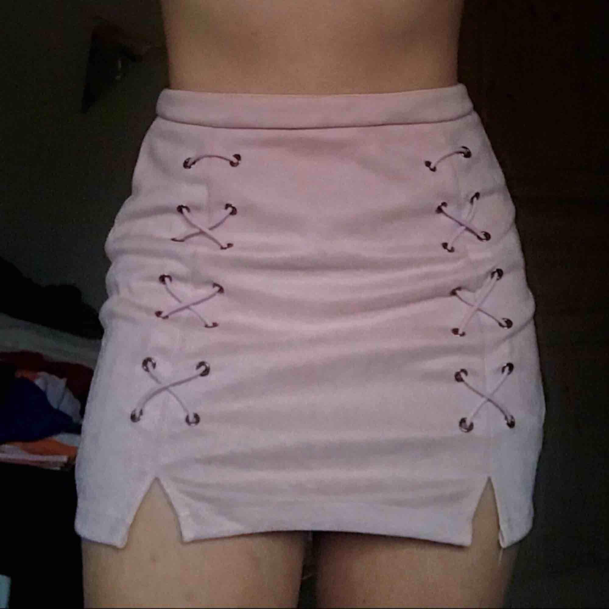 Ljusrosa kjol i suede, supermysig! Frakt ingår ej om du inte är jättesnäll 😝. Kjolar.