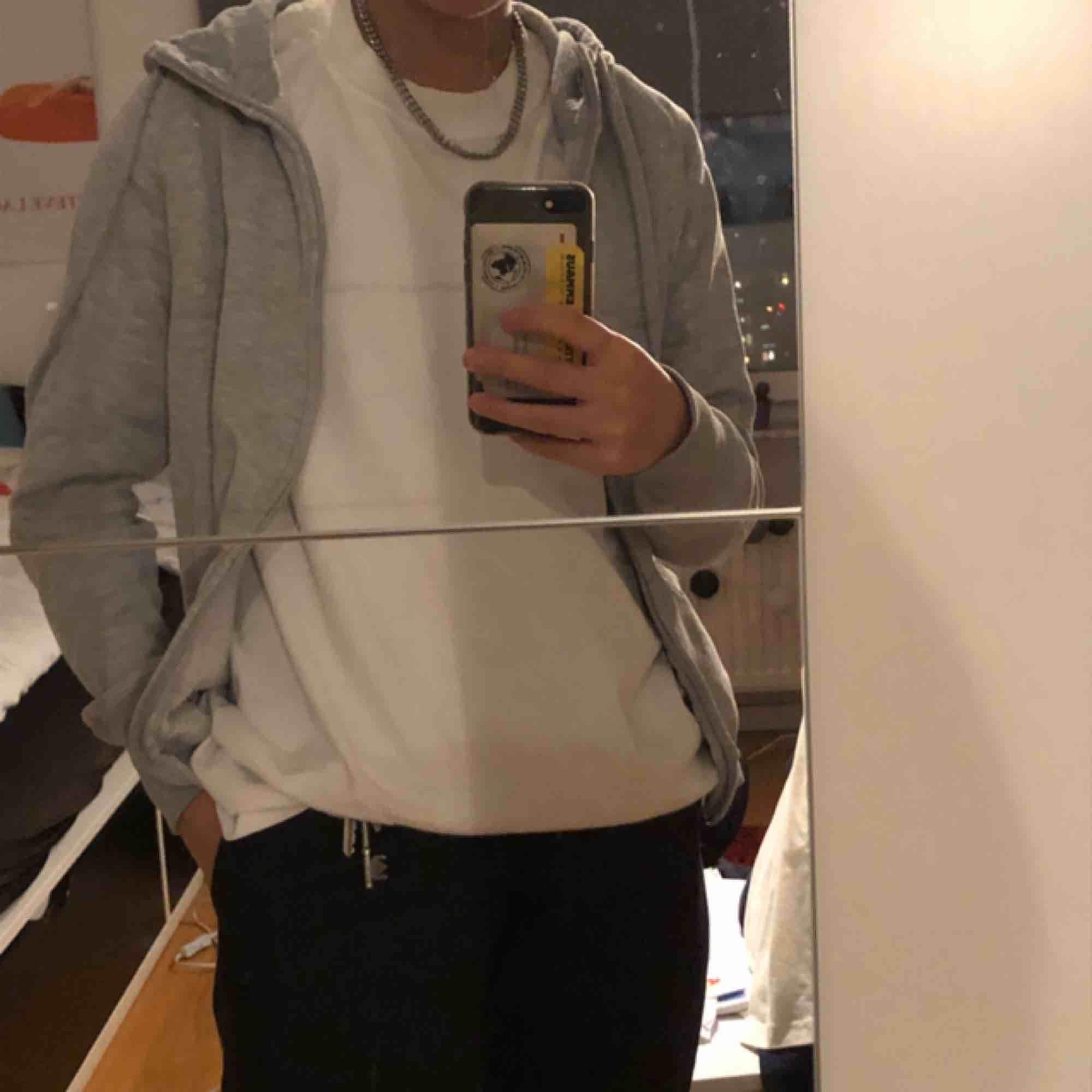 Finfin huvtröja/ zipper hoodie! Lite sliten vid tyget längst dragkedjan, på insidan. Men annars gott skick! Står storlek S (dam) i den. Möts i Stockholm, annars står köparen för frakt. Huvtröjor & Träningströjor.