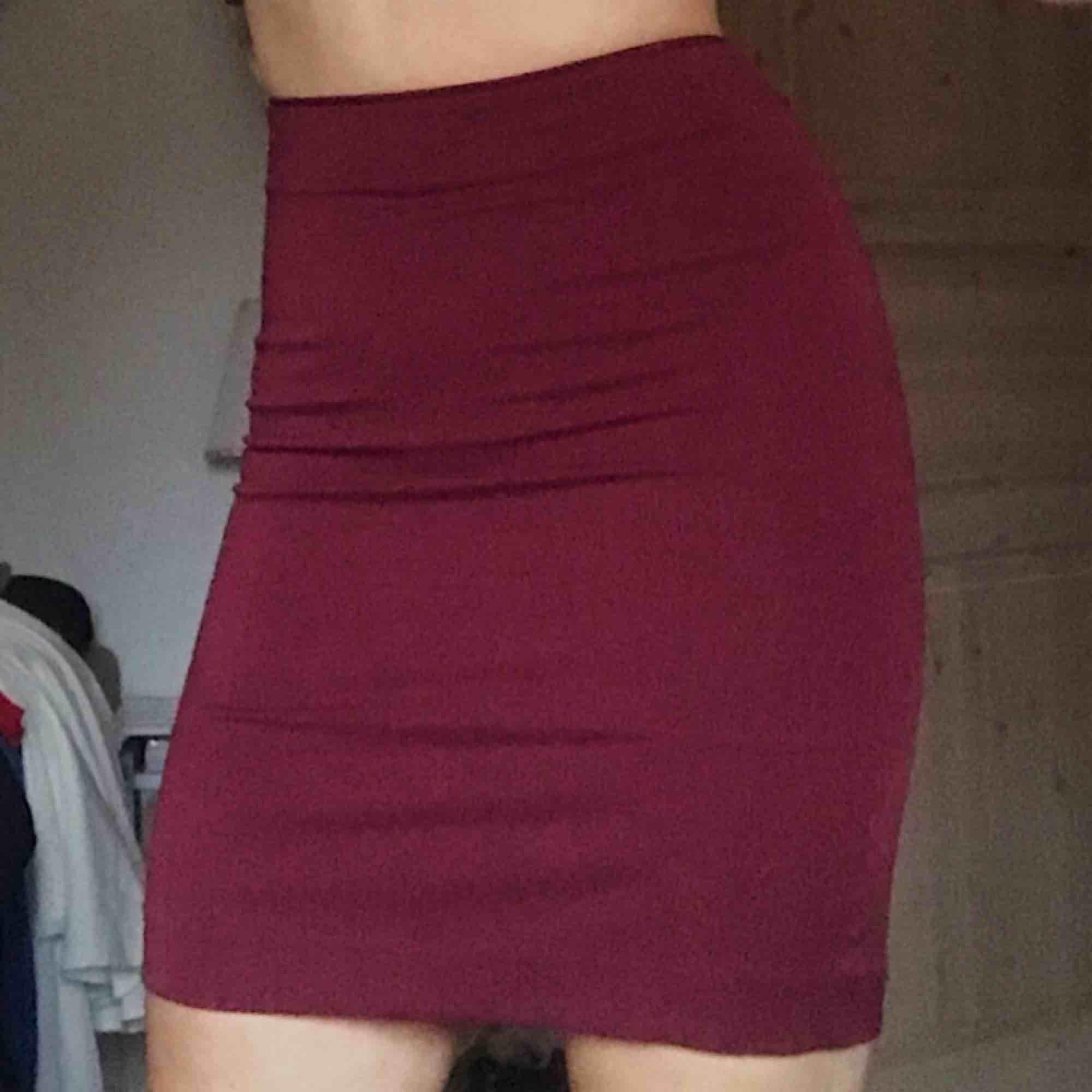 Vinröd kjol med kedja i bak. Frakt ingår ej om du inte är jättesnäll 😝. Kjolar.