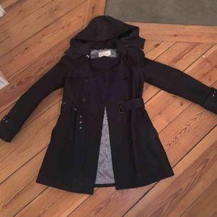 Säljer en kappa i från Zara i storlek S. Köptes för ca ett år sedan för 1000 kr och har inte blivit mycket använd.