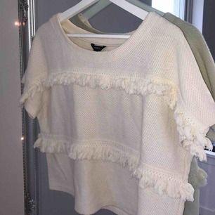 Stickad vit tröja med tassels, supermysig nu när vintern börjar närma sig😍 Kan mötas upp i Linköping eller frakta, men iaf tillkommer fraktkostnaden :))