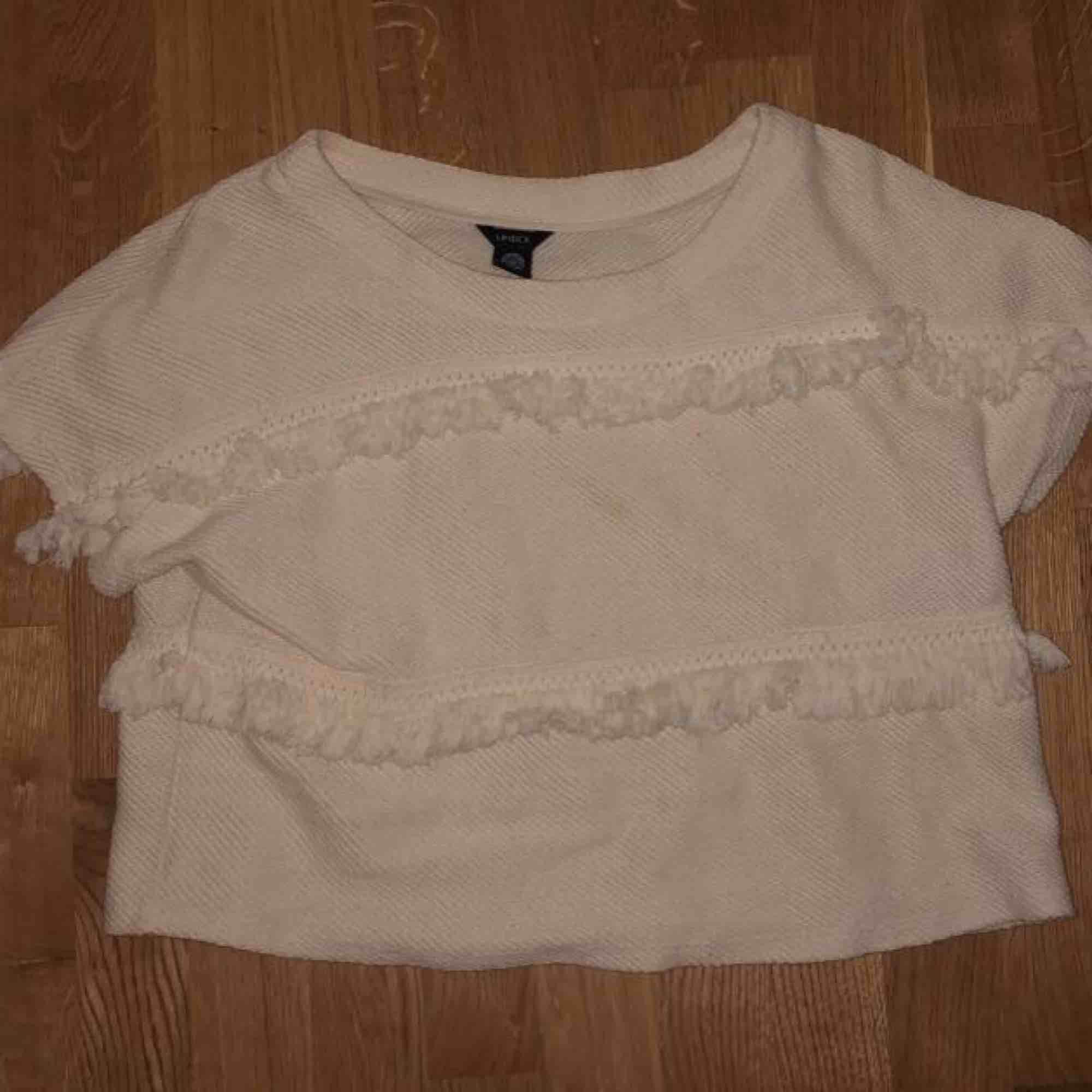 Stickad vit tröja med tassels, supermysig nu när vintern börjar närma sig😍 Kan mötas upp i Linköping eller frakta, men iaf tillkommer fraktkostnaden :)). Stickat.