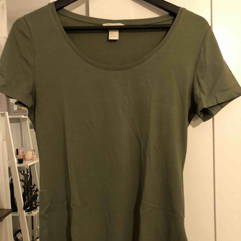 Khakigrön T-shirt . T-shirts.
