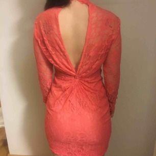 Spetsklänning med färgen korall. Använd 1 gång