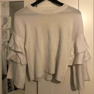 Snygg tröja med volanger