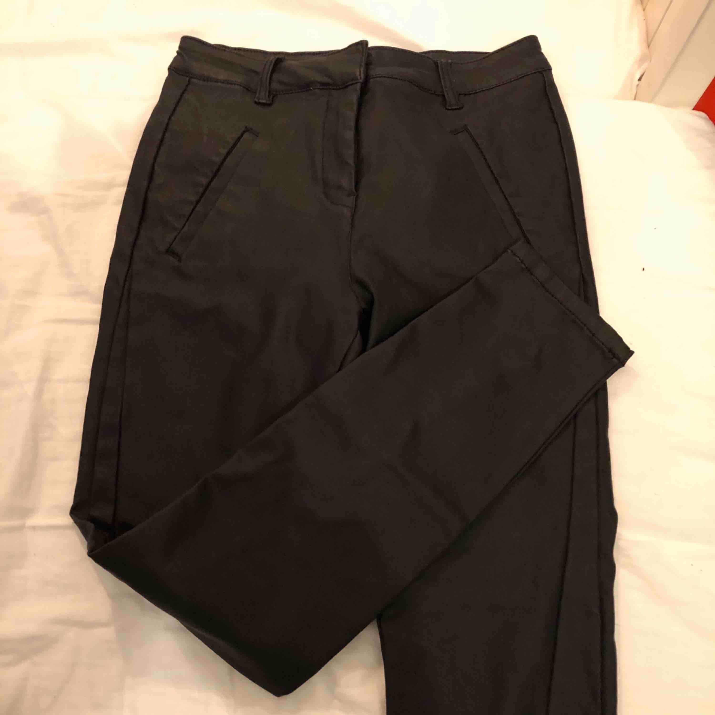 Snygga, helt oanvända skinnbyxor från Vero Moda . Jeans & Byxor.