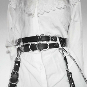 Super snyggt bälte med avtagbara hängslen och kedjor! 🦇 Aldrig använd. Passar midja till 74 CM ☺️ Frakt tillkommer 💌
