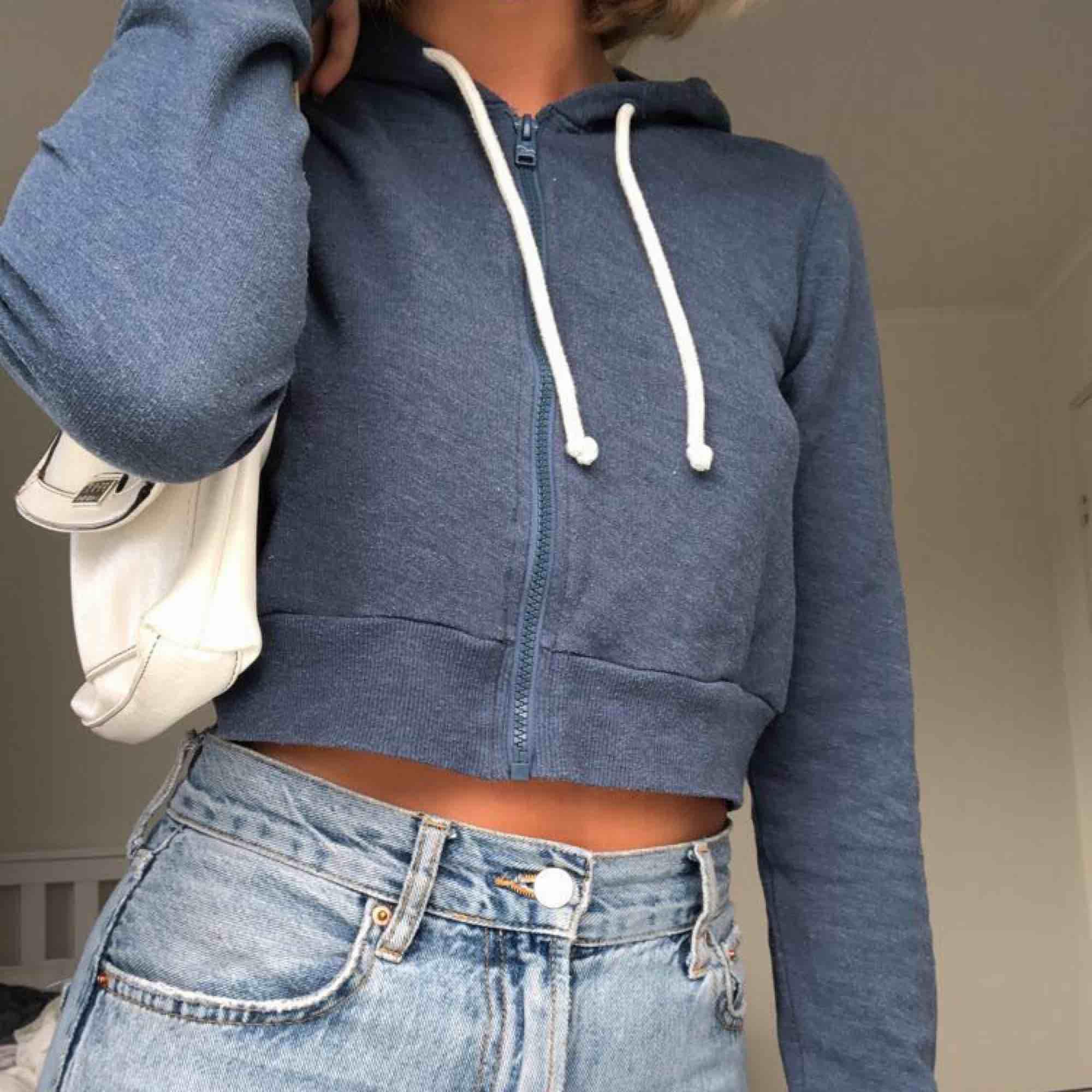 En croppad hoodie från Hollister stl M, kan mötas upp i Linköping eller frakta (köparen betalar frakten) 🦋🦋 . Huvtröjor & Träningströjor.