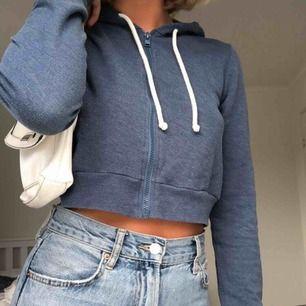 En croppad hoodie från Hollister stl M, kan mötas upp i Linköping eller frakta (köparen betalar frakten) 🦋🦋