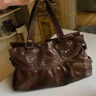 """Longchamp väska i fint skick, läder och rymmer väldigt mycket. Får plats med en Mac Book Air 13""""  Nypris: 1200kr"""
