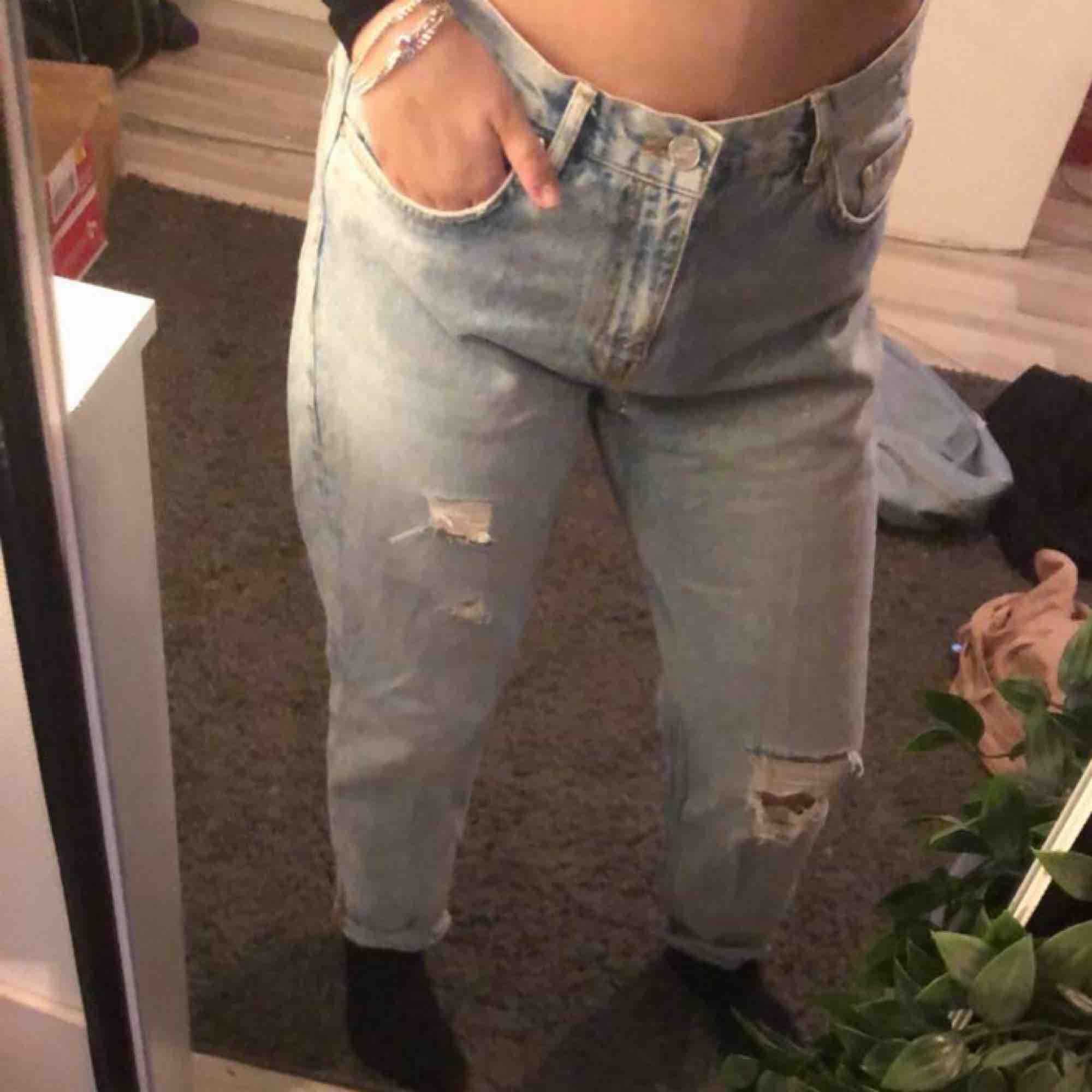Köpt i vintras på BikBok för 600kr, säljer då dom är för stora för mig numera. växte ur dom ganska snabbt så dom är i bra skick!. Jeans & Byxor.
