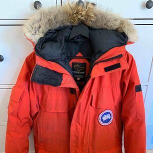 Canada Goose Expedition Parkas  Röd Storlek 2XS/2TP Använd två vintrar. Bra skick förutom viss slitage på högra mudden.