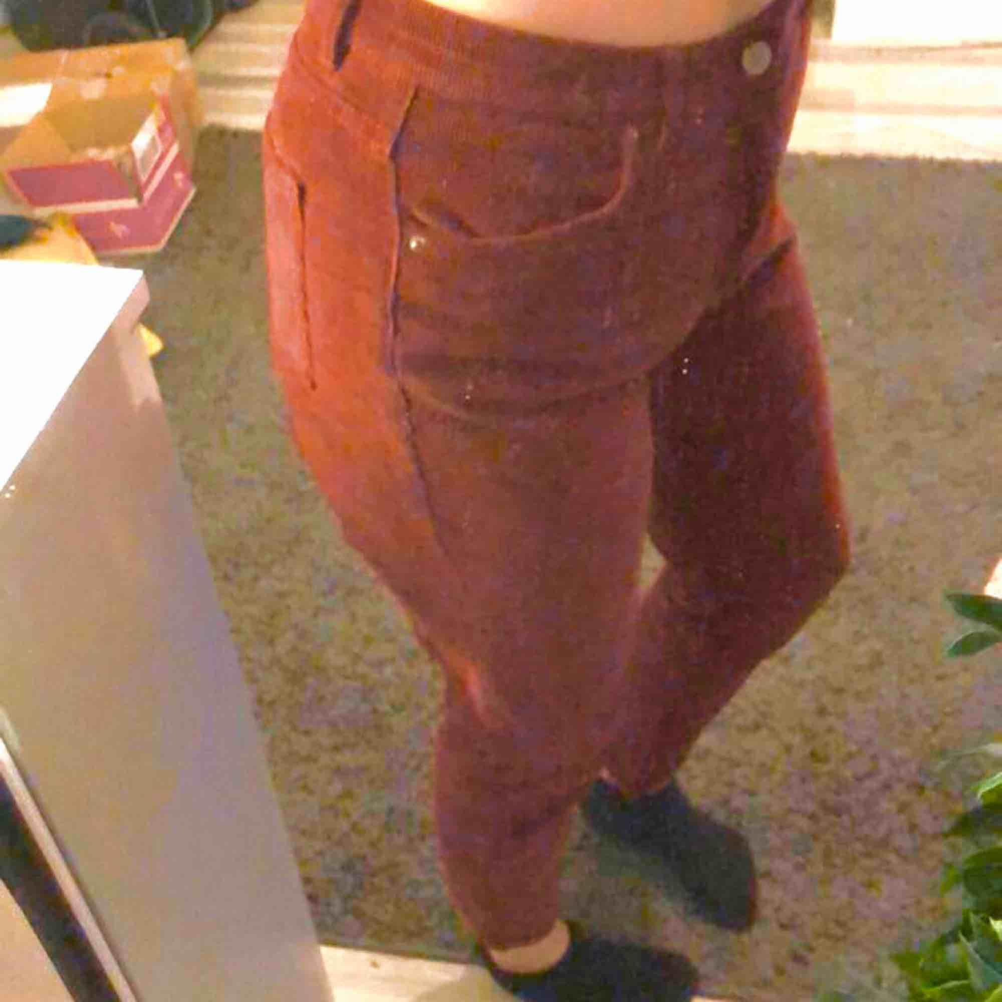 superfina manchesterbyxor i en mörkröd färg, jättesköna men tyvärr inte min stil längre.  köpta på Pull&Bear för 150kr (om jag minns rätt) 10kr frakt. Jeans & Byxor.
