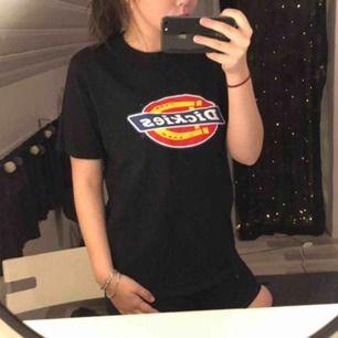 Svart dickies t-shirt, Herrmodell och sitter därför oversized vilket jag tycker är skitsnyggt! köpt på Carlings för 300kr frakt 30kr