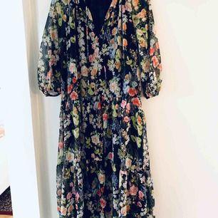 Superhärlig klänning som förblir oanvänd i min garderob. Väldigt snygg att matcha med favoritjeansen/byxorna i höst och vinter. Inköpt för 549 kr.
