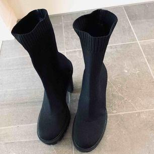 """Helt nya skor i snygg """"strumpmodell"""" med räfflad sula. Storlek 37. Ovanligt bekväma då det är platå på främre delen av skon. Inköpta för 549 kr."""