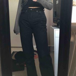 Ett par snygg raka svarta jeans från weekday
