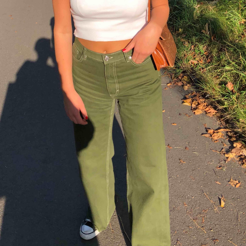 Ett par snygga gröna vida byxor från monki . Jeans & Byxor.