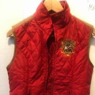 Röd väst från Ralph Lauren, storlek M. Polyester/kalvskinn. Fint skick!