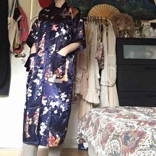 Blå kimono med mönster! Fint skick förutom att bandet till midjan saknas, det går dock säkert bra att använda vad som helst till bälte. Vid frakt står köparen för fraktkostnaden 🐞