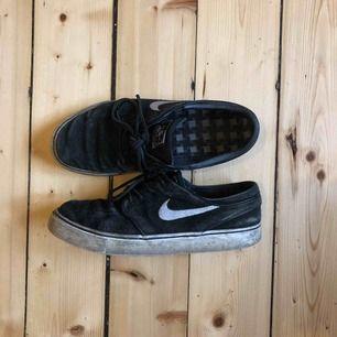 Nike Janoskis, använda men i bra skick! Säljes pga använder aldrig dessa längre. Otroligt sköna skor