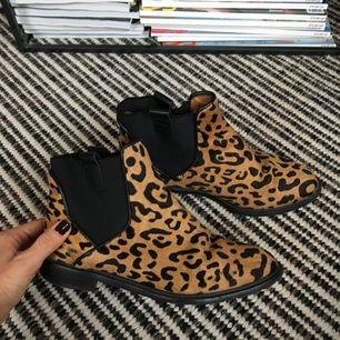 """Boots i leopardmönstrat läder med """"hårig"""" yta."""