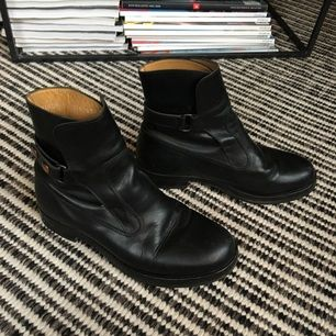 """Boots i läder från Whyred i modellen """"Hirdwall"""". Härligt mjukt läder. Har klackat om dem samt lagt på en gummisula på lädersulan så att de tål lite mer. Använt men fint skick:"""