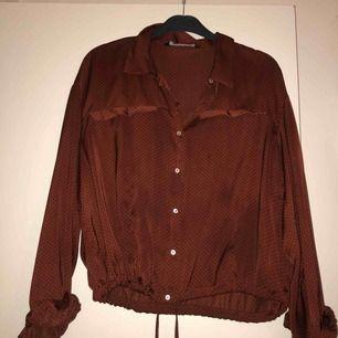 Finfin prickig skjorta från Zara i silkesmaterial med knytning. Använd någon enstaka gång. Möts upp i Stockholm, annars står köparen för frakten :)