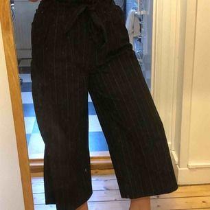 Coola byxor från Pull&Bear! Vida, randiga och hur sköna som helst. Använd några fåtal gånger. Möts upp i Stockholm, annars står köparen för frakten!
