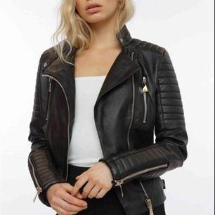 Säljer chiquelle moto- jacket Black Hur fin som helst men för liten. Storlek L men ser de mer som en M/stor S.  Nypris 699,säljer för 400kr- Priset kan diskuteras vid snabb affär.   Knappt använd, inga defekter och i princip helt ny!