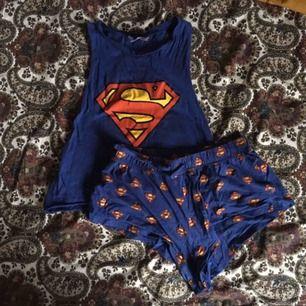 Superman pyjamas-set, knappt använt och i fint skick. Har ej sovits i utan bara gått runt i. Både linnet och byxorna är i samma storlek. Vid frakt står köparen för fraktkostnaden 💌