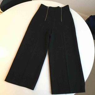 Supersöta vida byxor från Zara med dragkedjor framtill. härligt lite tjockare tyg. Mycket fint skick knappt använda! ✨