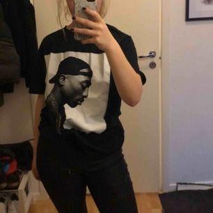Säljer min as feta t-shirt med 2pac på, den är använd max 3 gånger så den är i väldigt gott skick. Köparen står för frakt