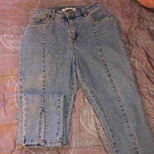 Säljer mina sjukt snygga jeans från nakd då de tyvärr är för stora för mig. De är i väldigt bra skick så de är prisvärda, köpare står för frakt🥰
