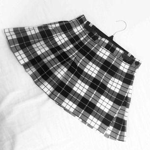 Svartvit rutig kjol/kilt från Paris! ❣️De två knapparna är till för storleksreglage runt midjan, så den passar både som en 'vanlig' (typ skoluniforms) kjol samt minikjol för en mer vågad look! Längd: 33cm, midja: 64cm. Möts ej upp men står för frakten! 💌