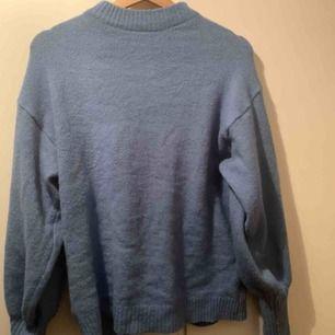 Blå stickad tröja från Gina, knappt använd. Lite stickig. Frakt tillkommer