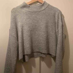 Croppad stickad tröja i st S från H&M. Frakt tillkommer