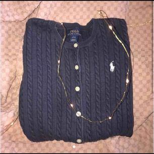 En marinblå kabelsrickad tröja från polo Ralph Lauren kidsbrandstore i superfint skick. Betalning sker via swish. Priset går att diskutera. Frakten ingår i priset.  Nypris: 1000kr