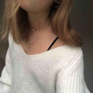 Helt ny stickad tröja, aldrig använd. Säljer pga att returtiden har gått ur, inte stickig alls, jätteskön💓💓fler bilder kan skickas om det önskas, köparen står för frakten