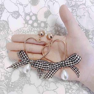Vackra hjärt/guldörhängen med marinblå, rutig rosett samt en vit pärla längst ner! 🦋 Jag står för frakten! 💌