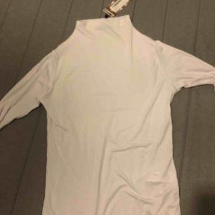 Köpt för 150kr, prislapp kvar. Vit polo ish tröja som är jätte fin, men råkade beställa två av denna så säljer den här :)